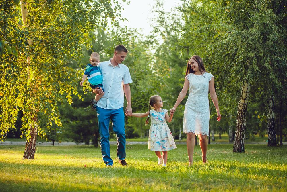 公園を散歩する外国人親子