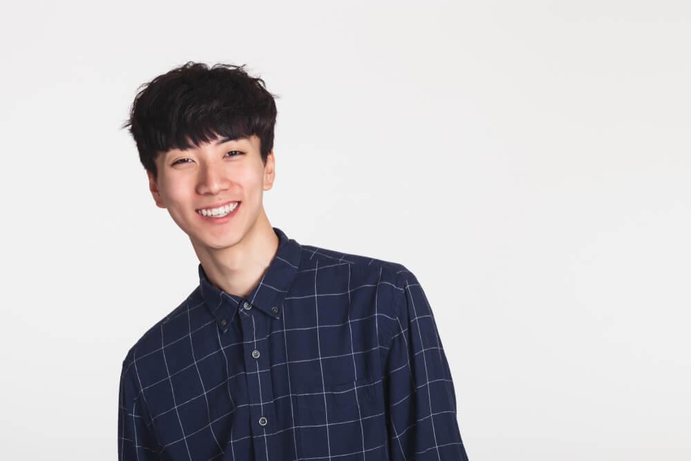 国際結婚での国別の離婚率を知りたい、カメラ目線で微笑む爽やかな日本人男性