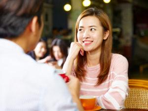 カフェでお見合するアジア人の男女