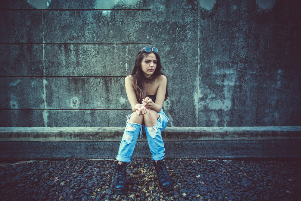 路地裏で途方に暮れる少女