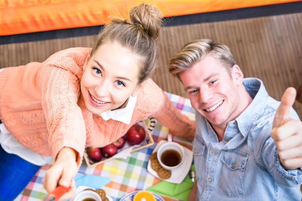 日本人同士の結婚における戸籍の編製と、国際結婚における戸籍編製について説明するカップル