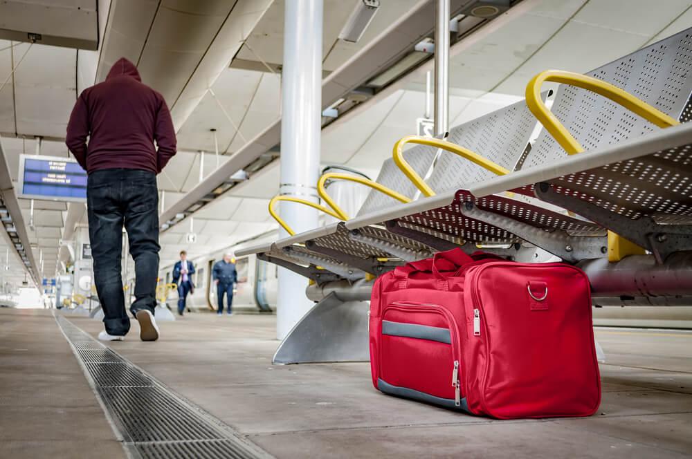 駅のホームに怪しげなボストンバッグを置いて立ち去る男