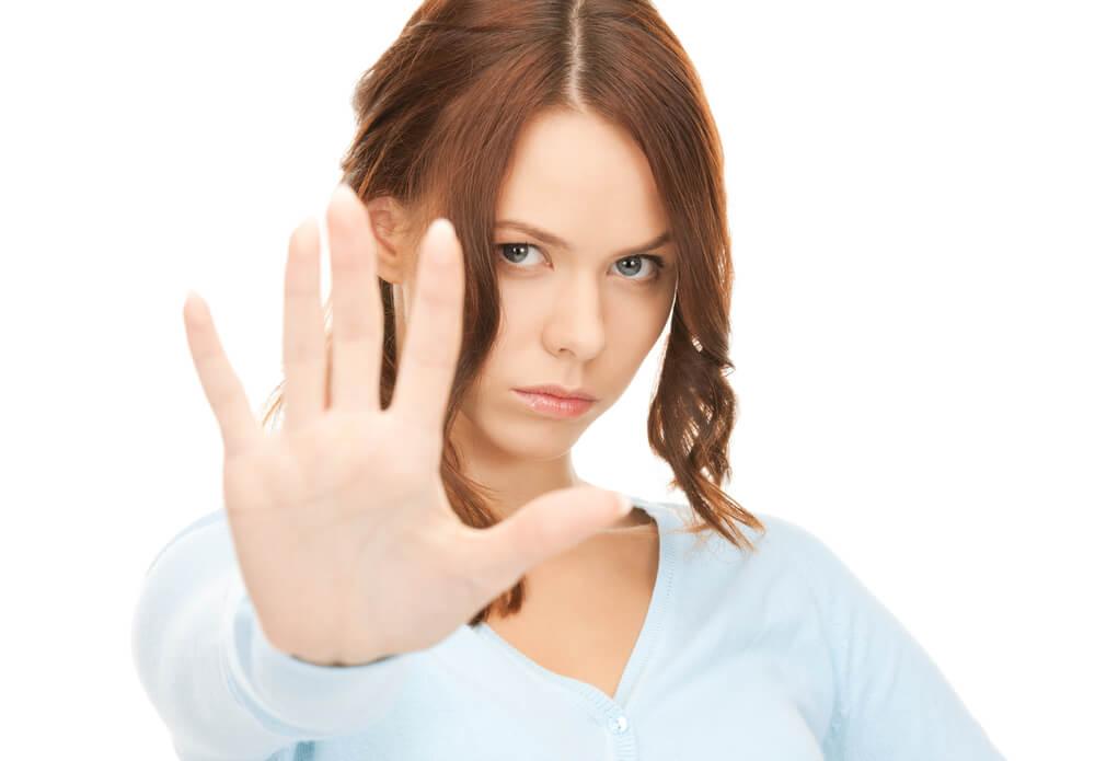 ストップのポーズをする外国人女性
