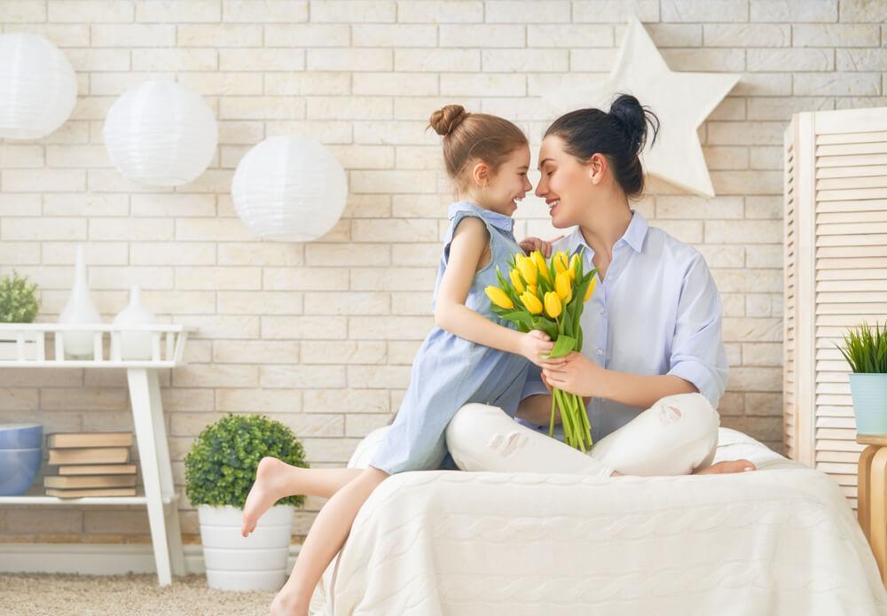 お母さんに花束をプレゼントする外国人の少女