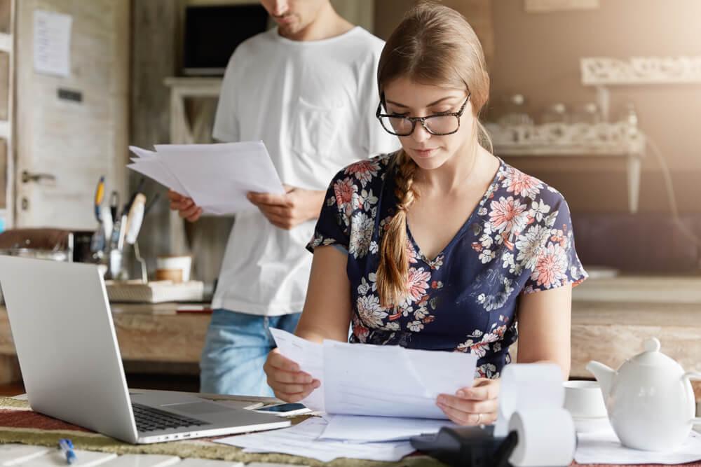 夫婦で永住審査で提出する書類の不備を確認している