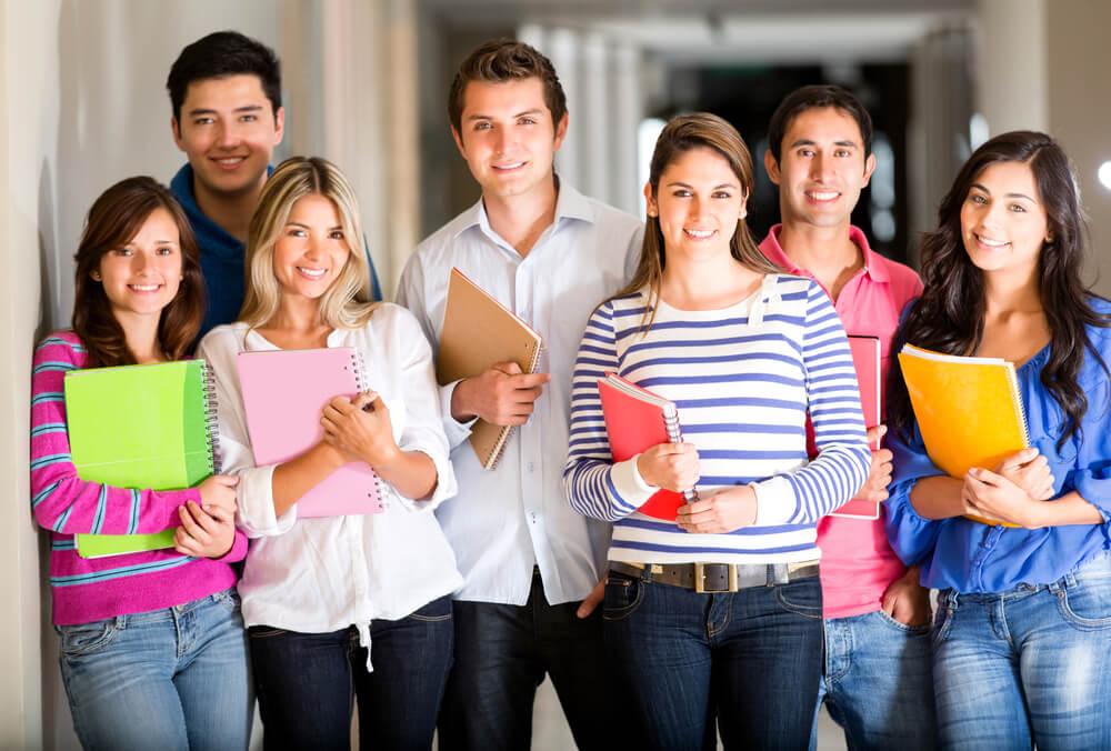 出身国と違法就労の関係性について研究する留学生たち