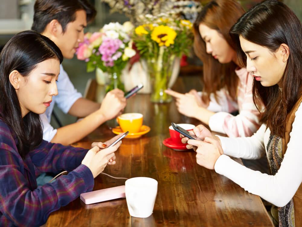 人がいるのにスマートフォン操作に夢中になる若い男女。私がいきなり国際結婚した理由