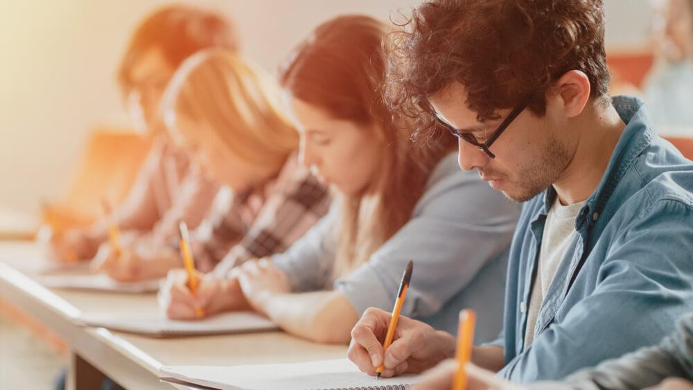 日本語能力試験を受験する漢字圏・非漢字圏の留学生たち
