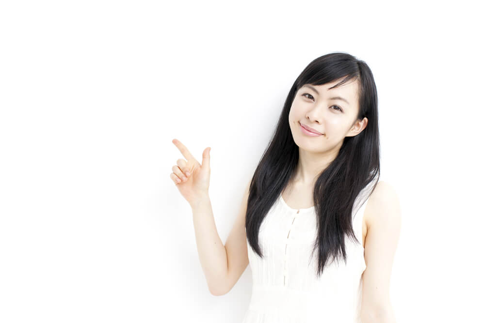 笑顔で注意を促す日本人女性