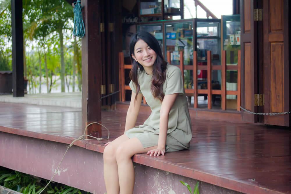 永住申請理由書に記載する来歴を考える若いアジア人女性