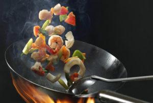 中華鍋で調理中