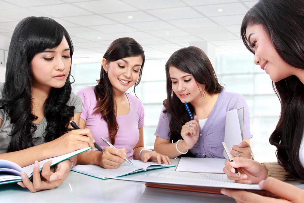 日本の大学等に進学して、真剣にディスカッションする優秀な留学生たち