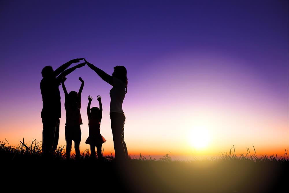 朝日が昇る中、親子4人でアーチを作る