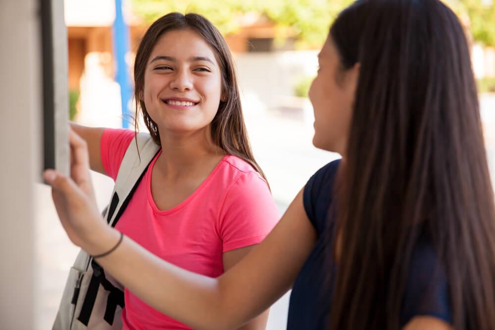 「永住権取得の要件は?」「永住ビザを取得するためには3要件必要」笑顔で友人と談笑する外国人中学生