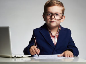 スーツを着て仕事をこなす外国人の少年