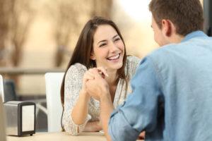 国際結婚の始まりは、恋愛だったり、お見合だったり、マッチングアプリだったり、様々考えられる。幸せそうな国際結婚カップル