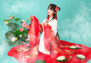 中国の伝統衣装をまとった若い女性