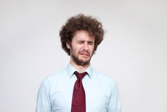 永住申請が不許可になり泣いている外国人男性