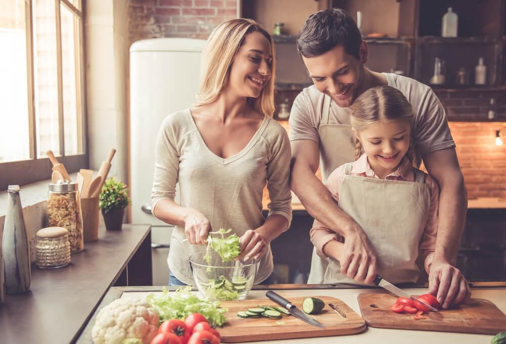 外国人親子が笑顔で一緒に料理を作っている