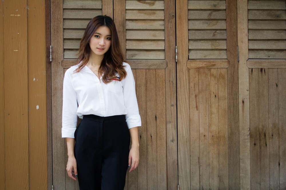 申請理由書に記載する仕事の内容を考えているアジア人女性