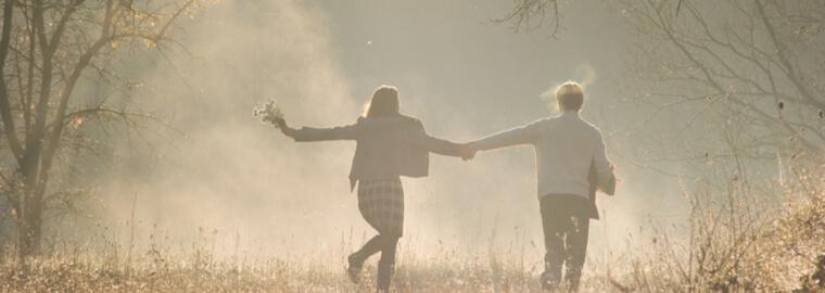 国際結婚を両親に反対されるとは思わず、説得が必要とも思わず、朝もやの中で戯れるカップル