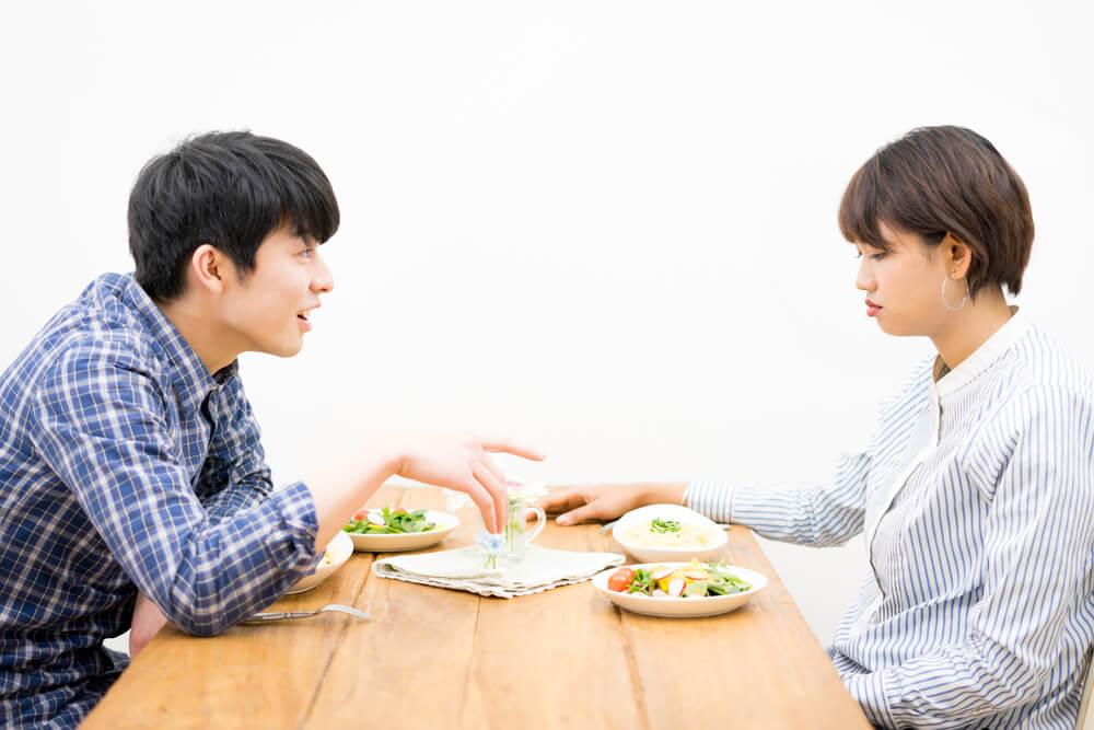 外国人と付き合ったことがない日本人が、お相手の女性と口論しているイメージ