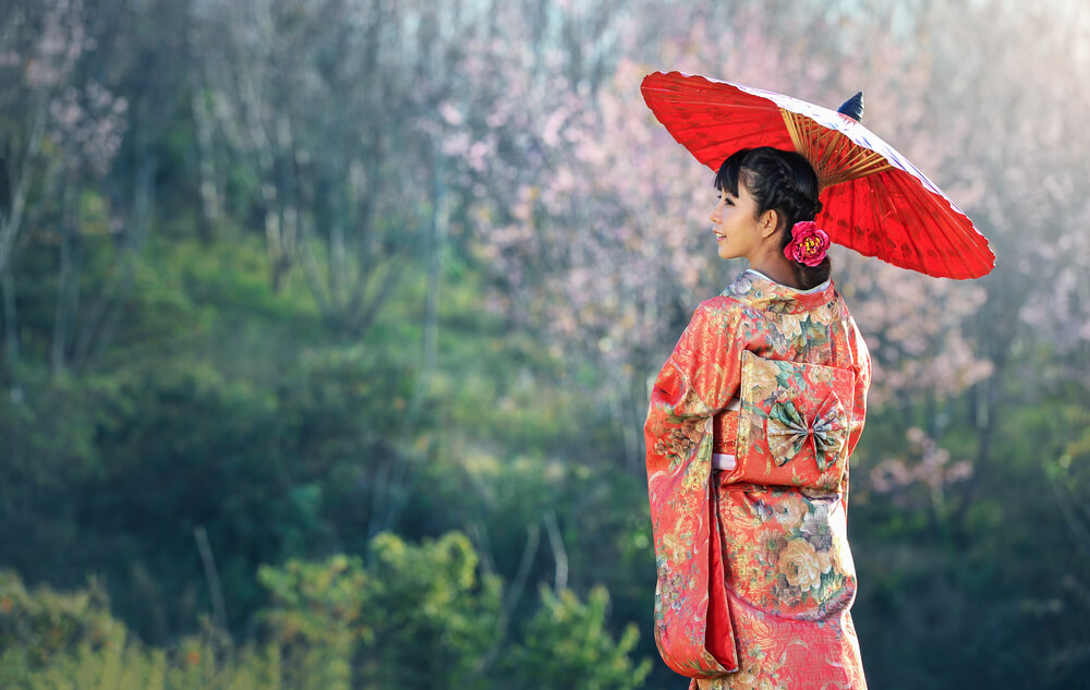 外国人と付き合ったことがない日本人が、いきなり国際結婚した1つの理由は、日本人女性とは合わないと思ったから。傘をさす着物姿の日本人女性