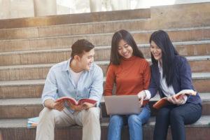 階段に座って談笑する留学生たち