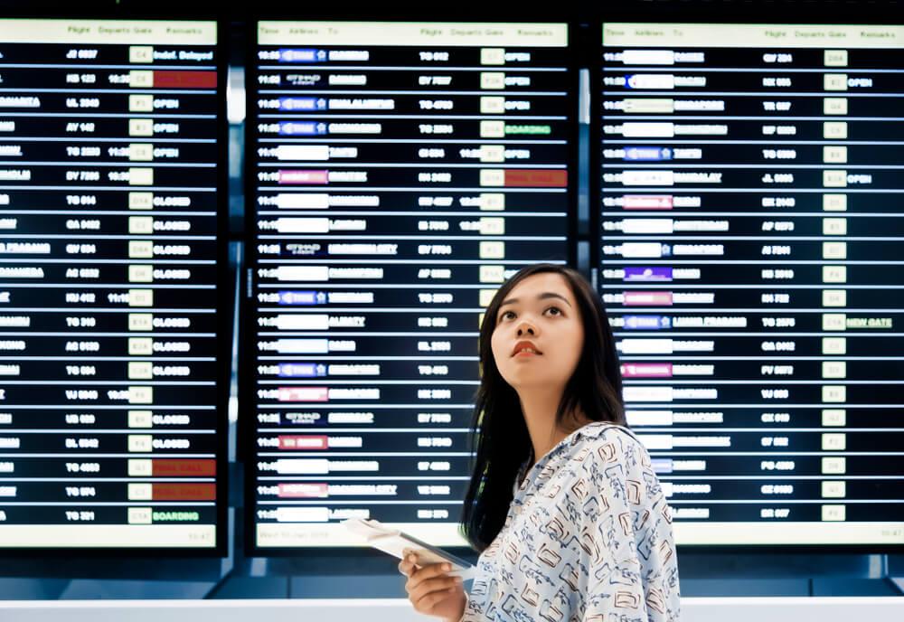 初めての空港で迷っている外国人女性