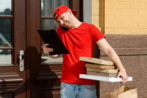 宅配サービスをしている外国人男性