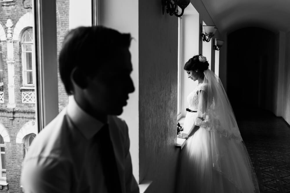 結婚式で新郎と新婦が目を合わさず距離を取っているモノクロの写真