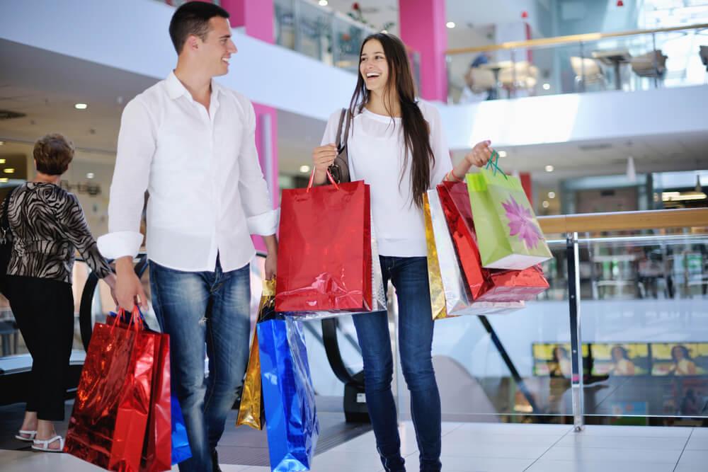 生活面から見て国際結婚に必要な年収額は400~500万円。ショッピングモールで買い物を楽しむ外国人カップル