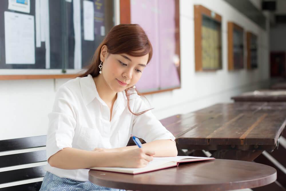 勉強するアジア人女性