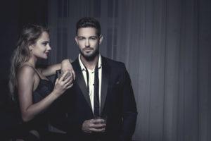 日本人男性の年収が高いほど、様々な外国人女性と出逢いのチャンスがある。お金持ちの男性に、セクシーな女性がよたれかかる