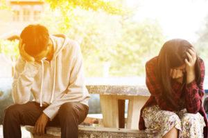 公園のベンチで別れ話をする二人