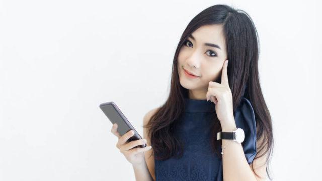 こちらを見つめて、疑問を投げかけてくるアジア人女性