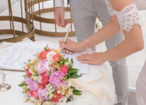 結婚式でサインしているカップル