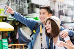 観光地で楽しく過ごす日本人カップル
