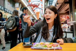 日本人っぽい外国人がお刺身を食べている