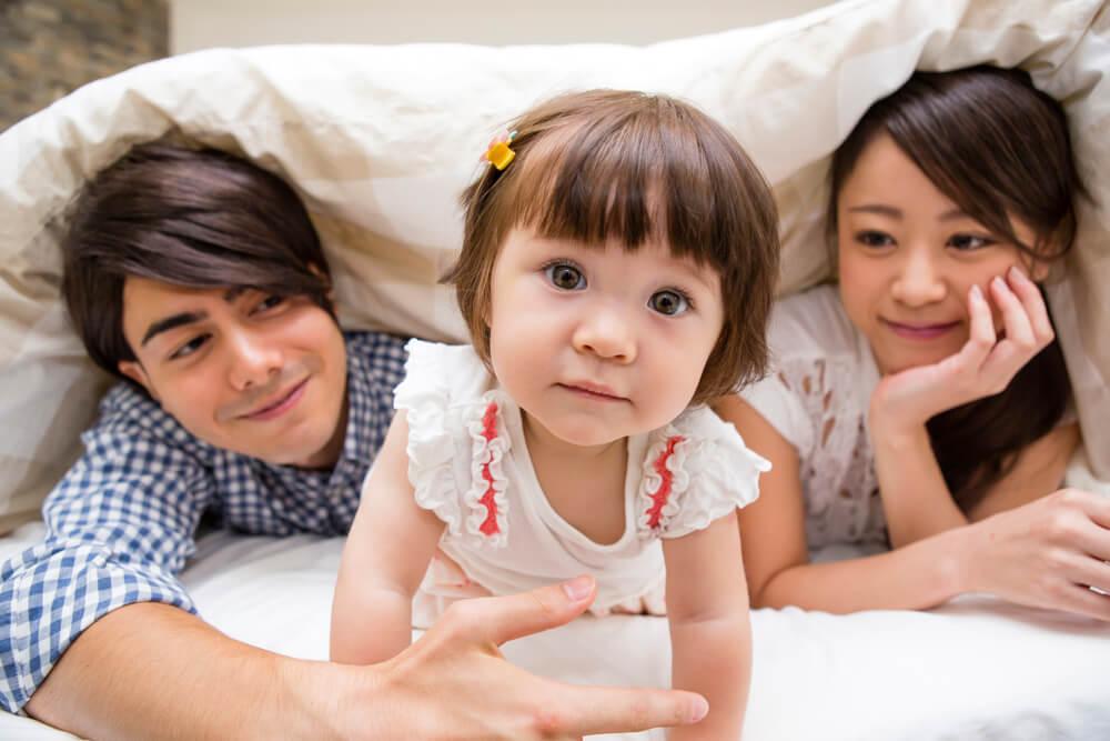 国際結婚して生まれたハーフの子とその両親