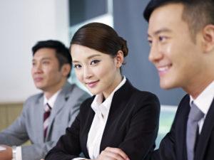オフィスでミーティングに参加する中国人女性