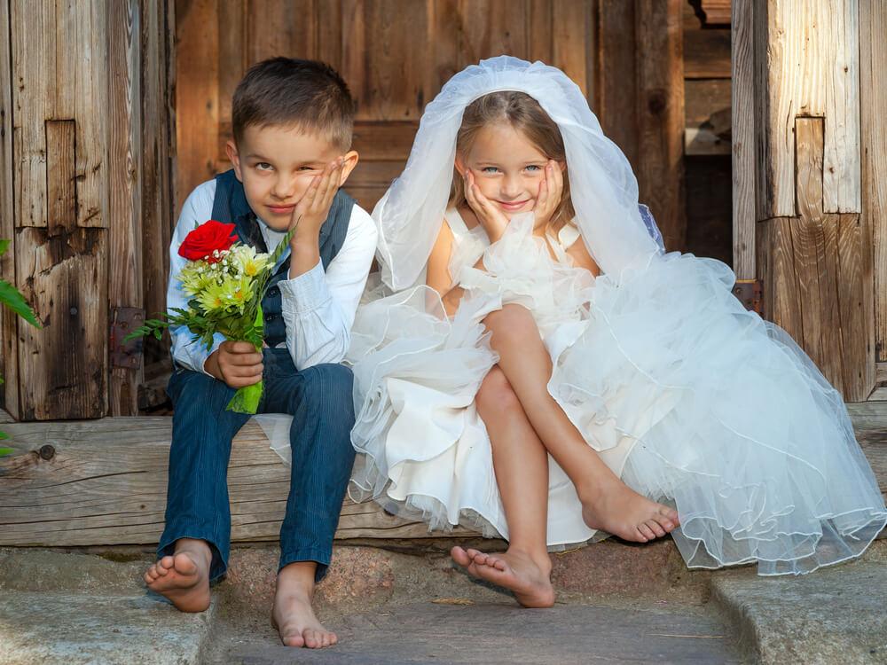 将来、国際結婚をしたいと考える子供たちが、国際結婚式の恰好をしている