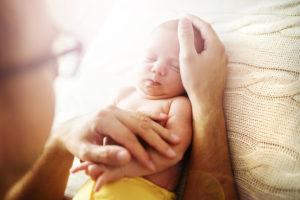 国際結婚で生まれた赤ちゃんに『頑張るよ』と言っているお父さん