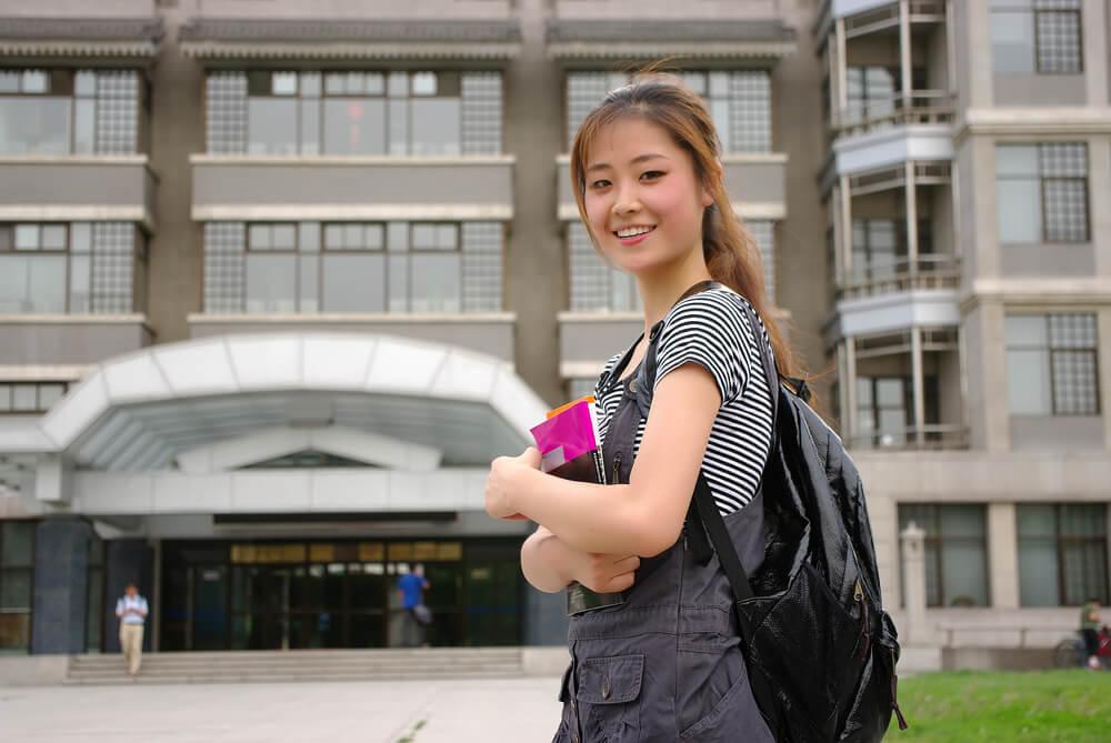 大学の図書館に向かう中国人留学生