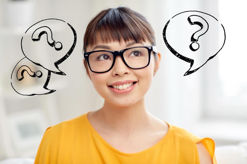疑問が生じている、メガネをかけたアジア人女性
