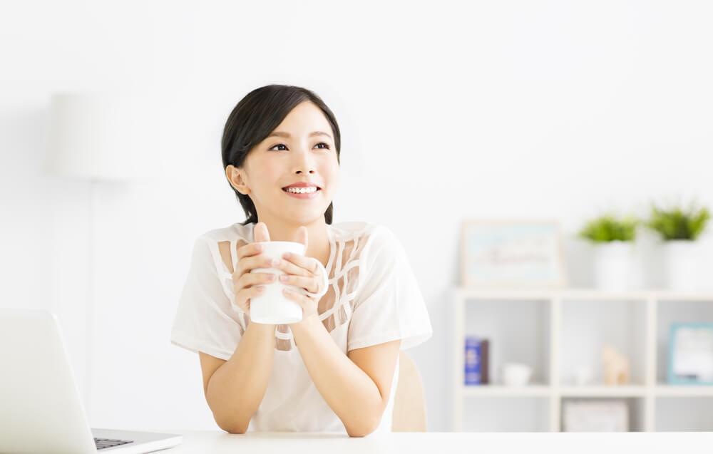 お茶を飲みながら帰化後の名前を考えるアジア系女性