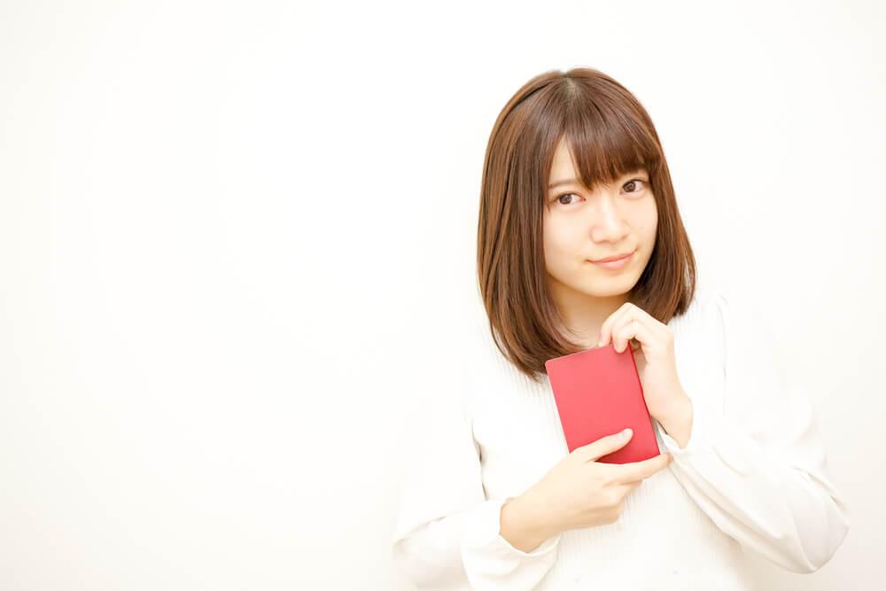 日本のパスポートを手に持つ美少女
