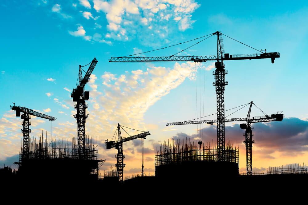 外務省は外国人労働者向け(技能実習と特定技能)の新しい日本語試験を2019年4月に創設する。外国人労働者が働く夕暮れの工事現場風景