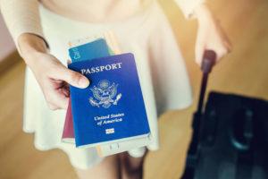 アメリカパスポートを提示する女性