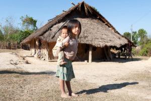 貧しい農村地帯で生活する子供